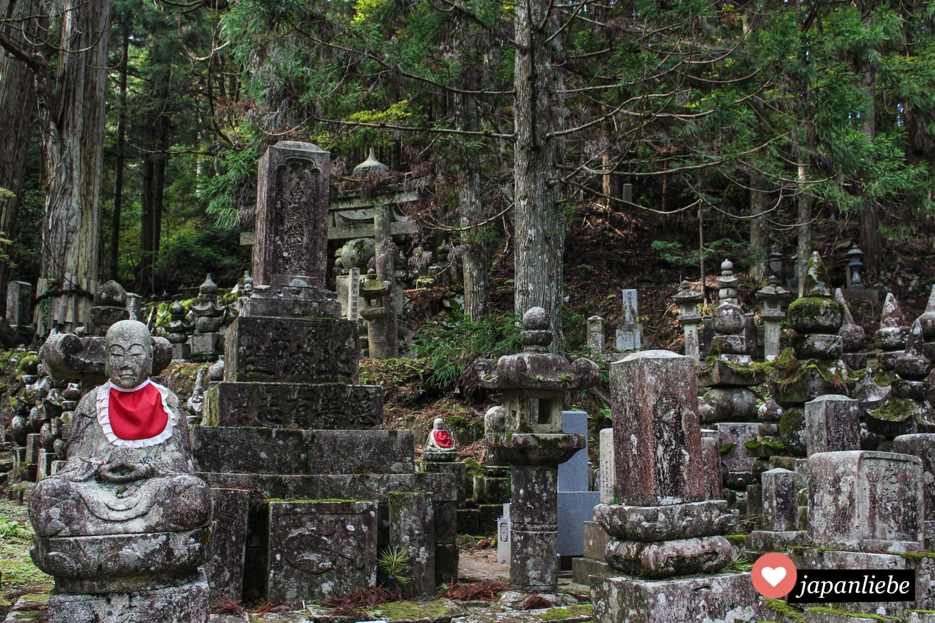 Figuren und Grabmäler auf dem Okunoin Friedhof auf dem Koya-san.