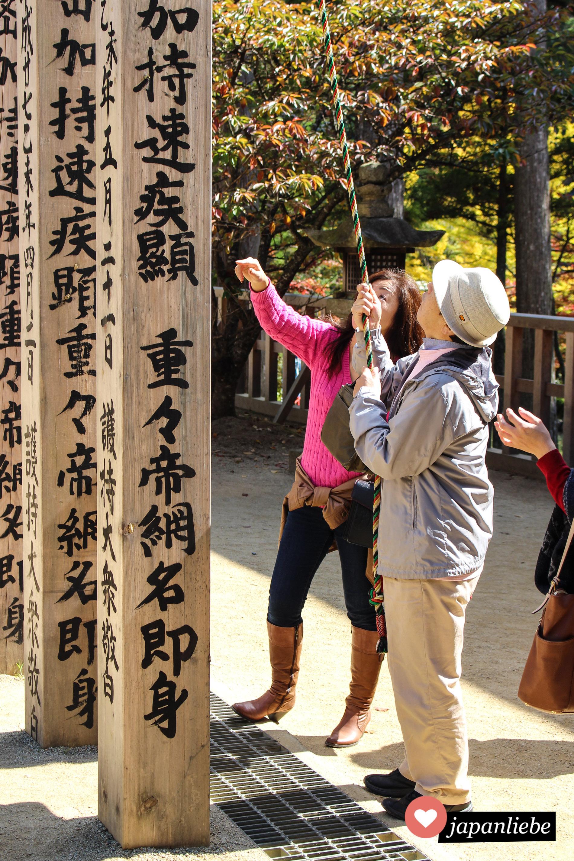 Beten to go: Auf dem Koya-san reicht es an einem Tempel die Seile zu berühren, man muss nicht in das Innere des Tempels.