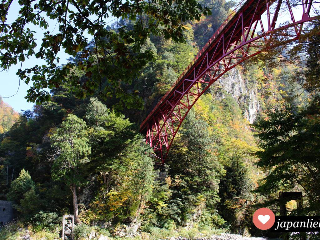 Die rote Keiyakidaira Brücke in der Kurobe Schlucht.