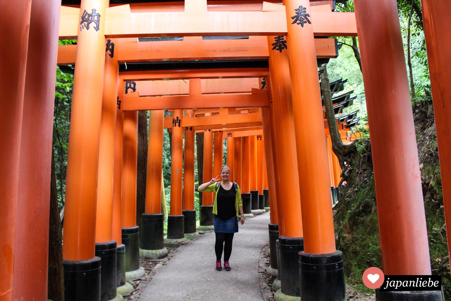 Schnappschuss von mir unter den Toren des Fushimi Inari Schreins in Kyōto.