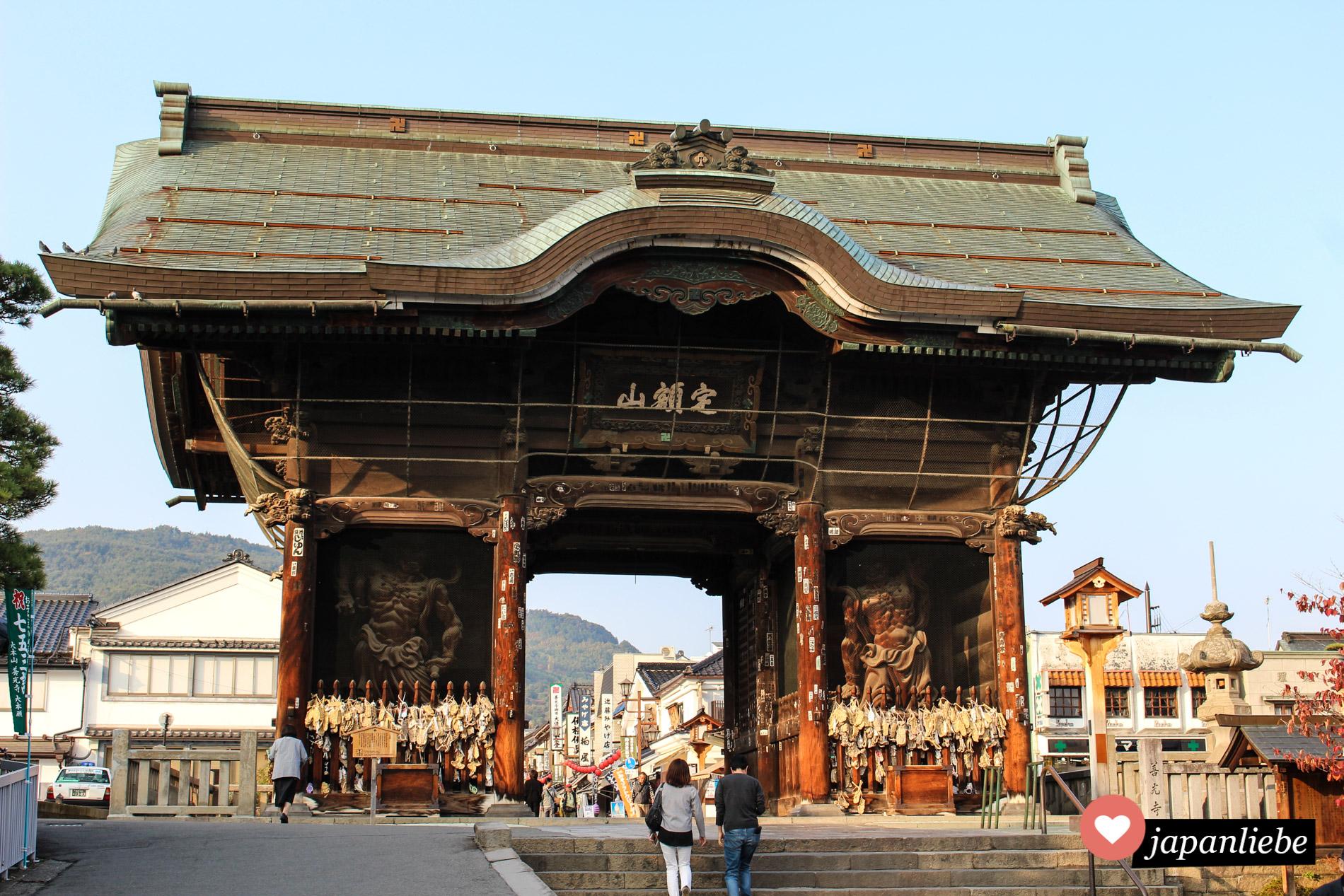 Das Tor zum Zenkoji Tempel in Nagano.