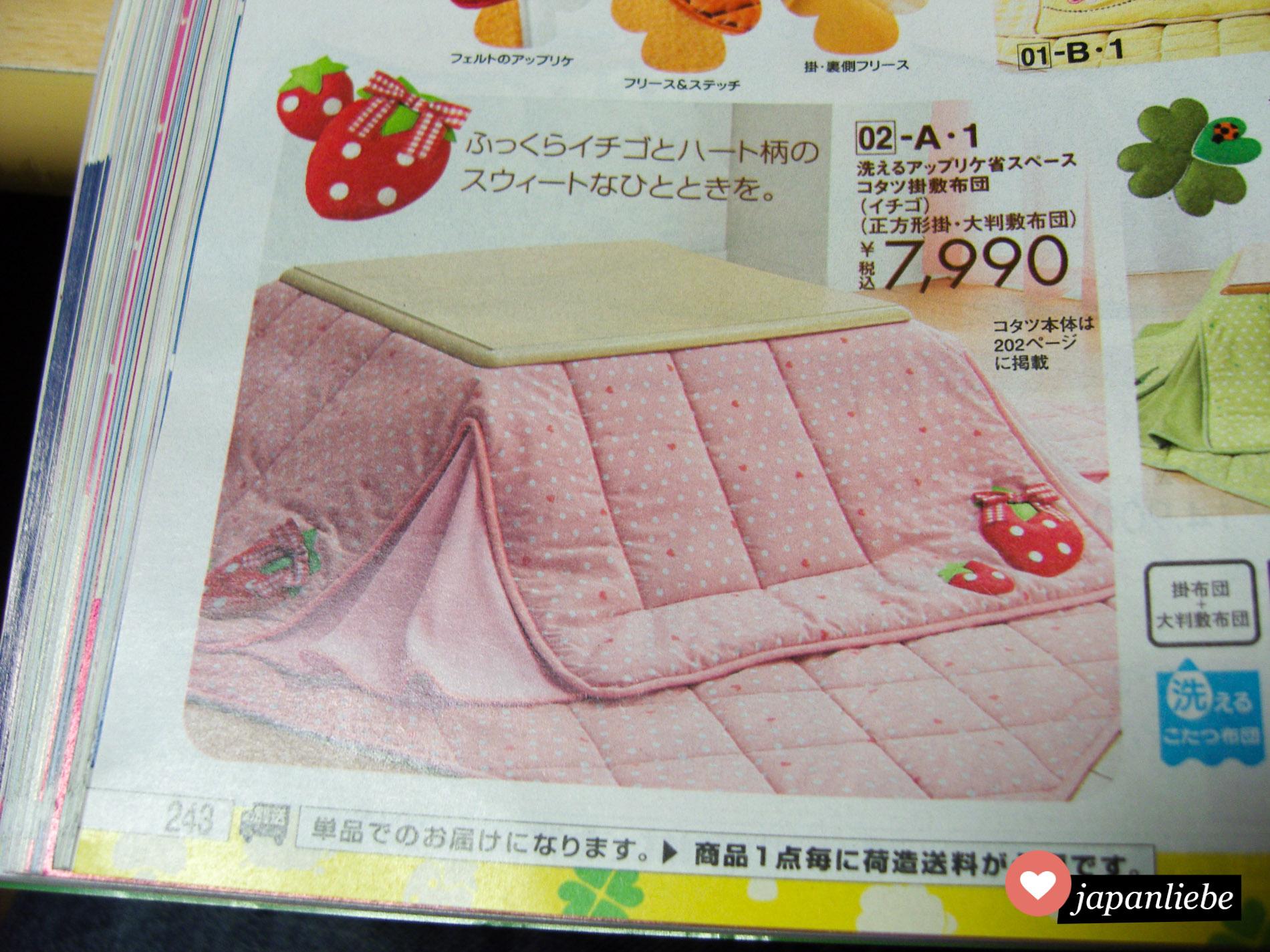 In einem Katalog wird ein niedlicher, rosa kotatsu mit Erdbeerenmuster beworben.