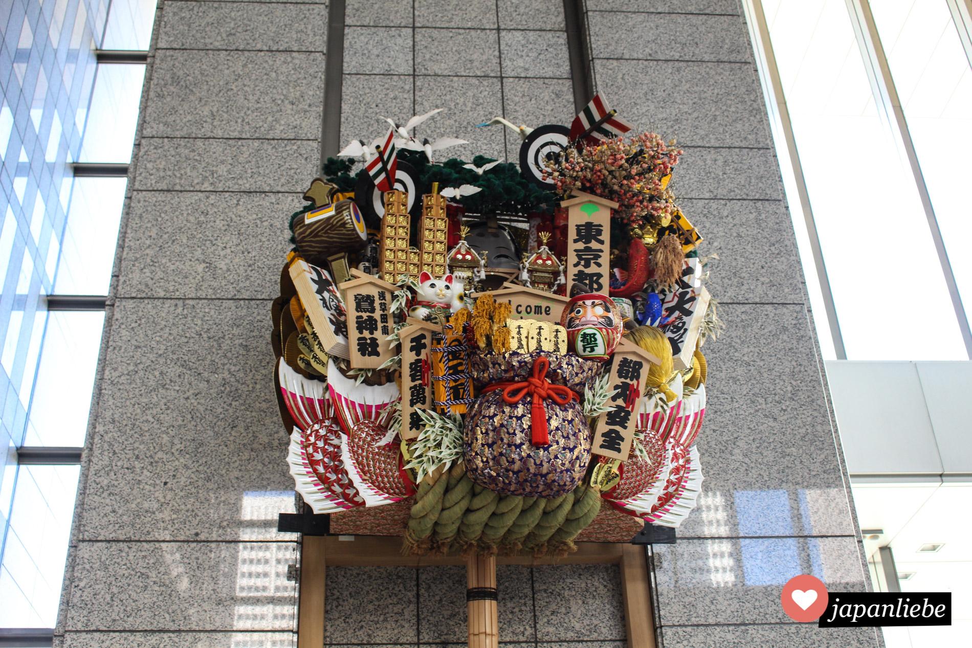 Üppige Neujahrsdeko im Rathaus von Tokio.