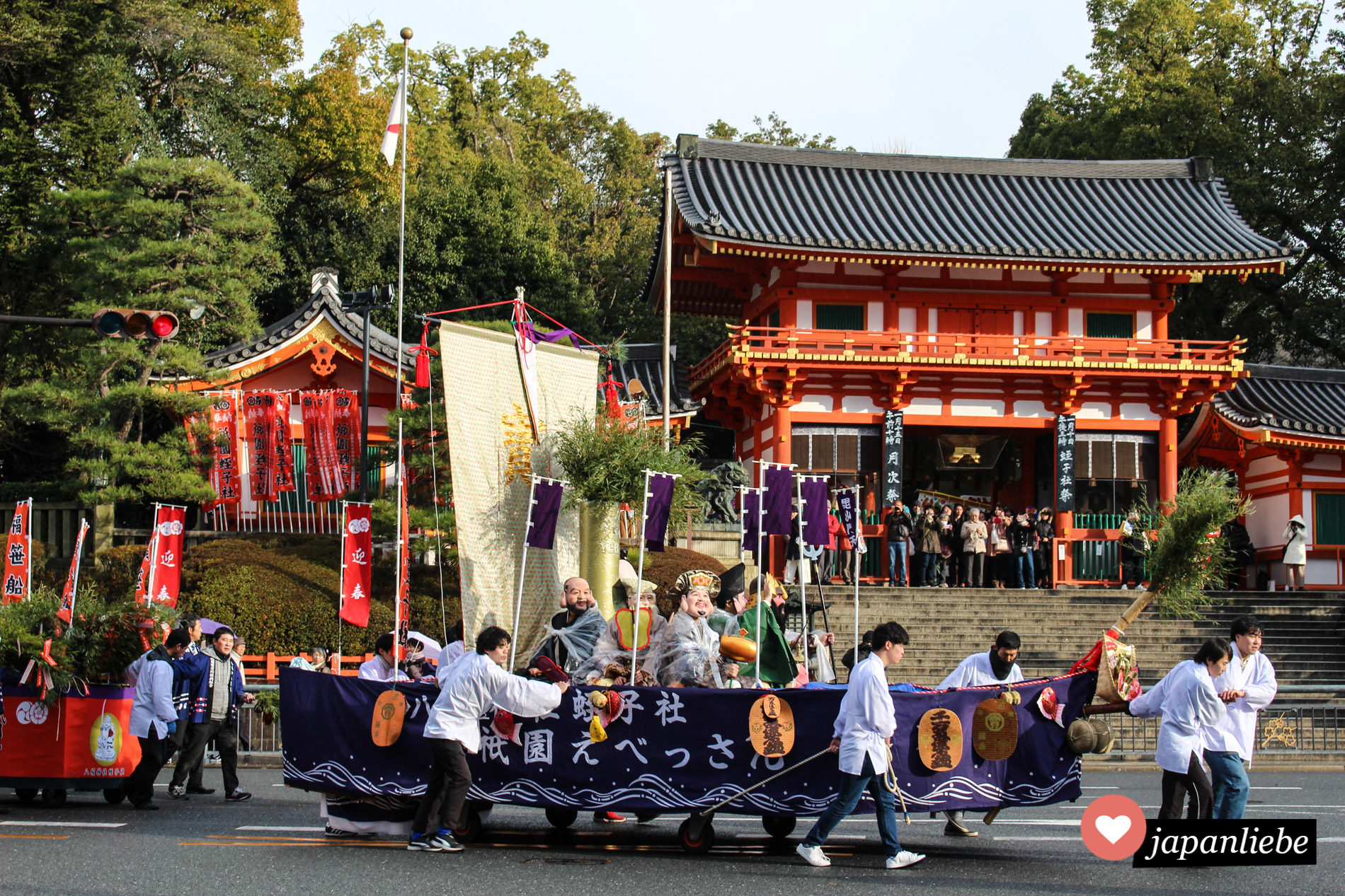 Bei einem Matsuri in Kyoto werden die sieben Glücksgötter in einem Schiff durch die Stadt gezogen.