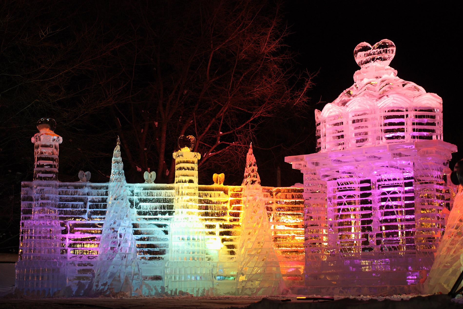 Nachts werden beim Sapporo Snow Festival die Schnee- und Eisskulpturen bunt angeleuchtet.