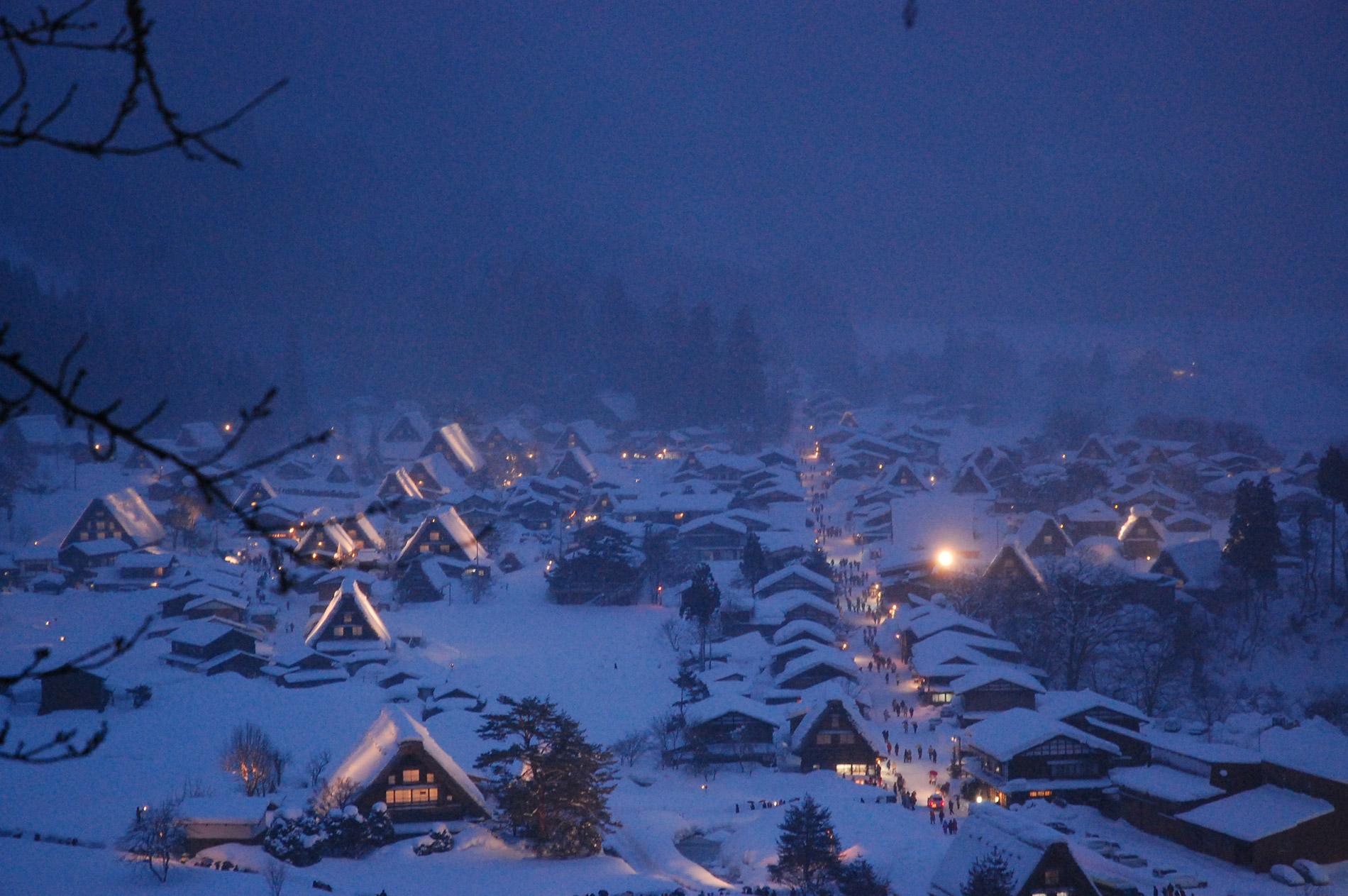 Das Dorf Shirakawa-go sieht beleuchtet im Winter besonders zauberhaft aus.