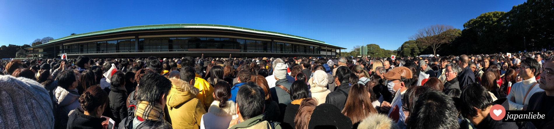 Die Menge wartet – mit Japanflaggen ausgestattet – auf die Neujahrsansprache des japanischen Kaisers.