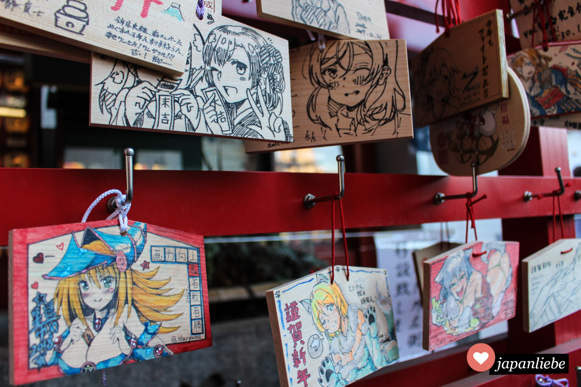 Der Kanda Myojin Schrein hat viele liebevoll gestaltete ema Wunschtafeln.