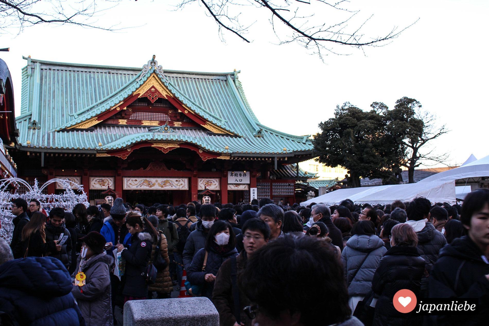 Bei einem Matsuri drängen sich die Menschenmassen am Kanda-myōjin Schrein in Tōkyō.