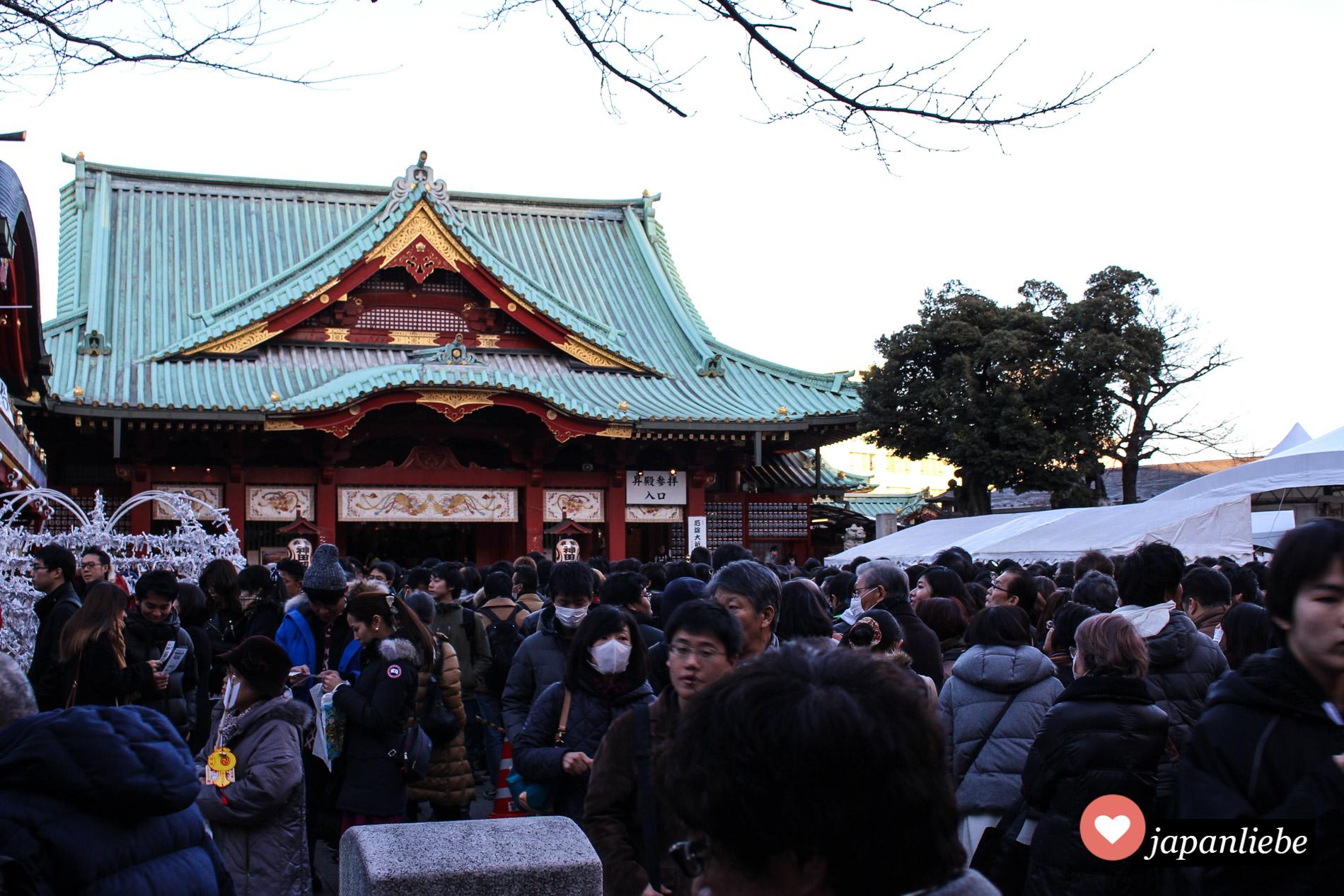 Bei einem Matsuri drängen sich die Menschenmassen am Kanda Myojin Schrein in Tokio.
