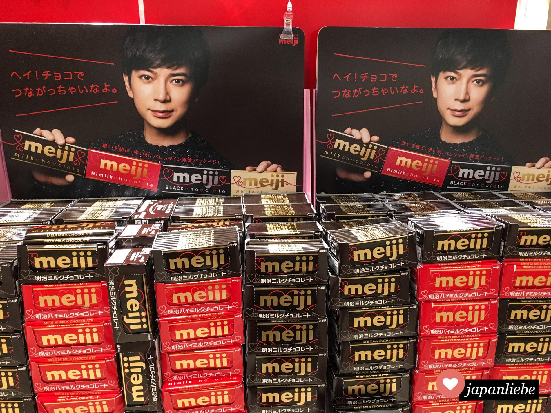Im Supermarkt wird vor allem vor dem Valentinstag Meiji Schokolade mit ausladenden Displays beworben.
