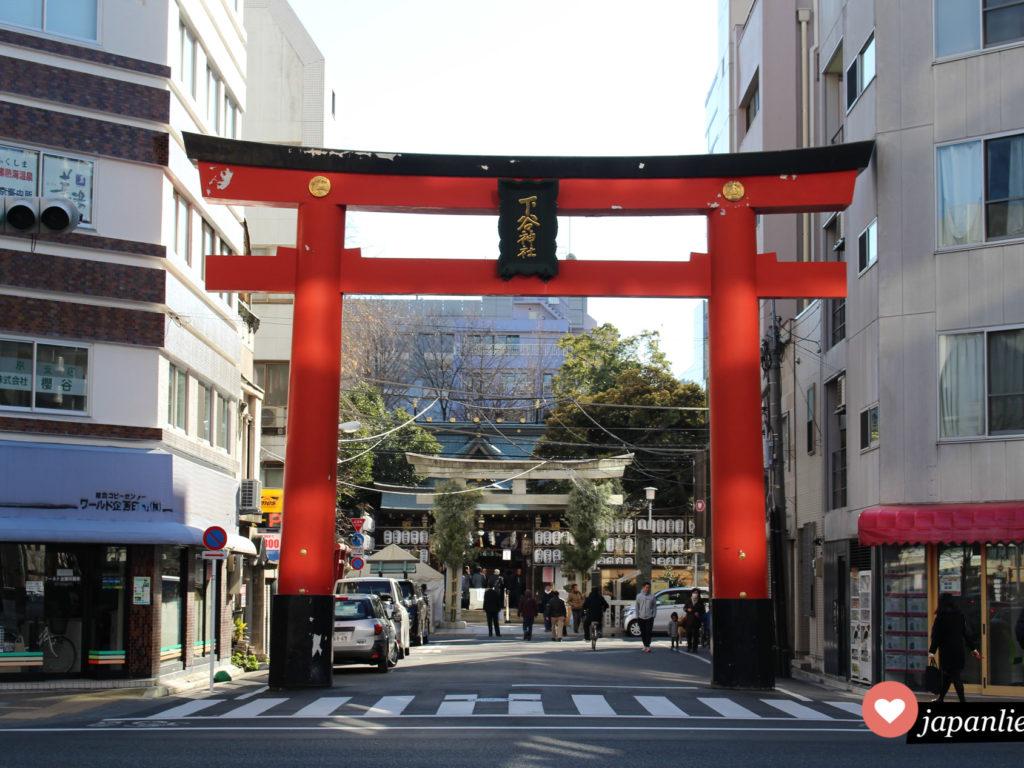 Das Torii des Shitaya Schreins mitten im Stadtteil Ueno in Tokio.