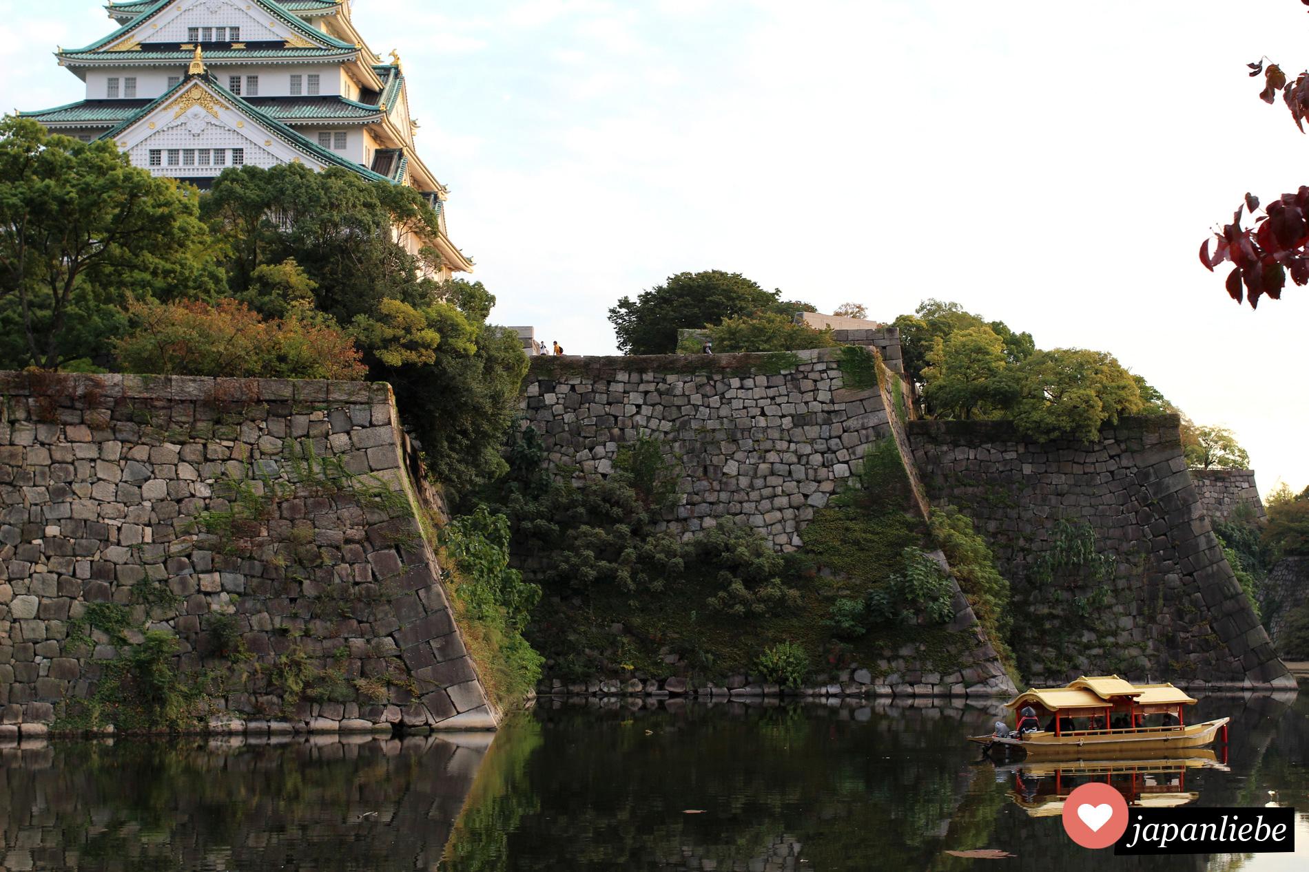 Ein Dschunke im Burggraben von Ōsaka