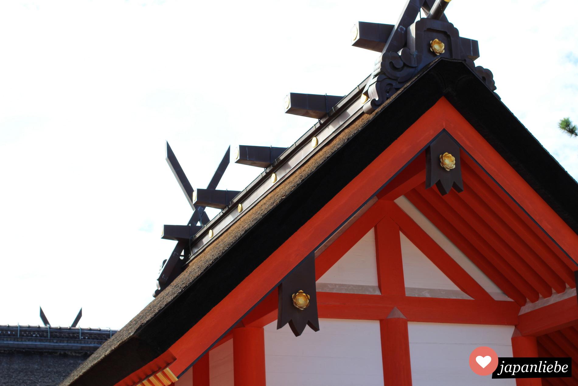 Am Dachfirst erkennt man, in welchem Stil ein Shintō-Schrein gebaut wurde.