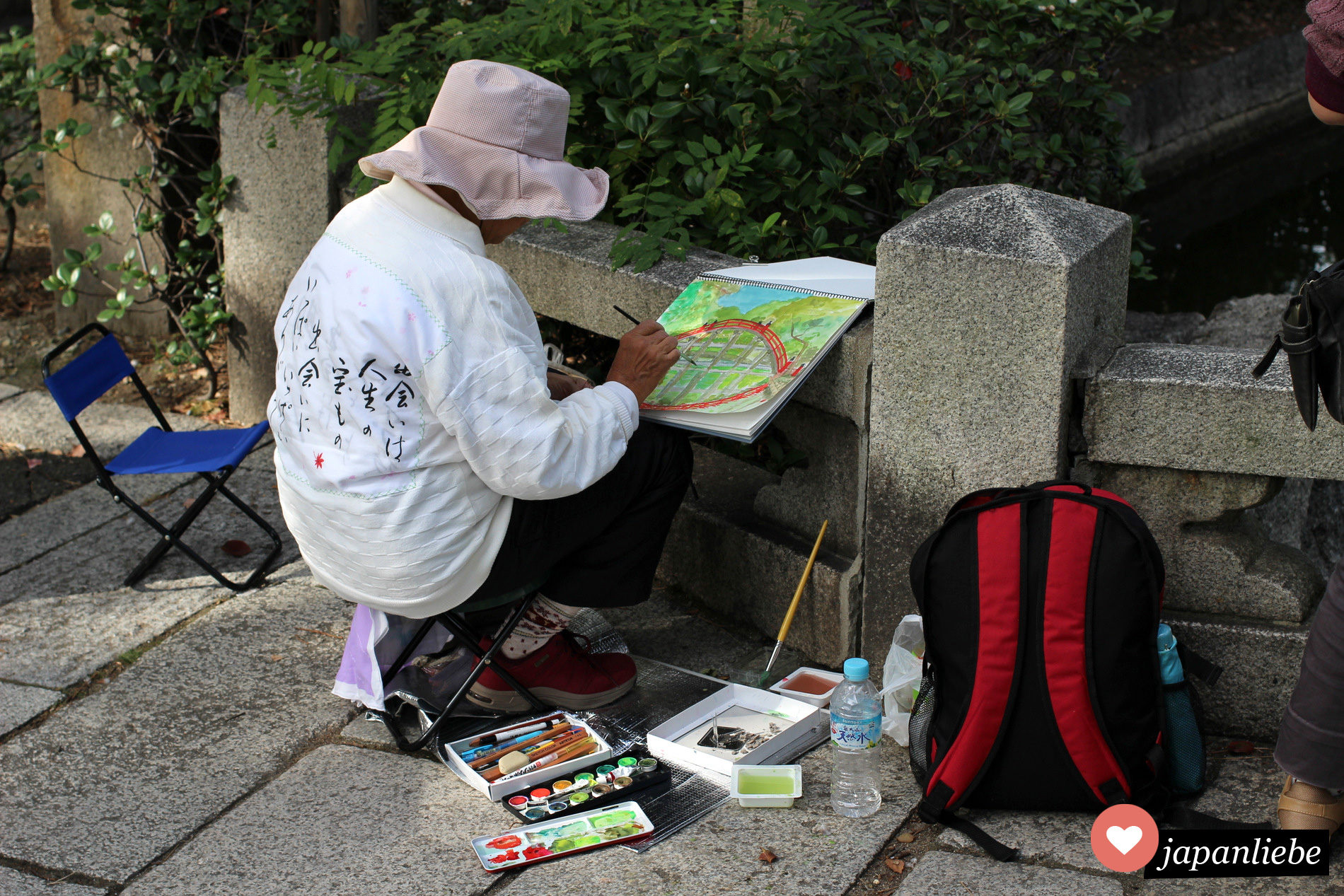 Eine Künstlerin malt die Sorihashi Brücke am Sumiyoshia Taisha Schrein in Ōsaka.