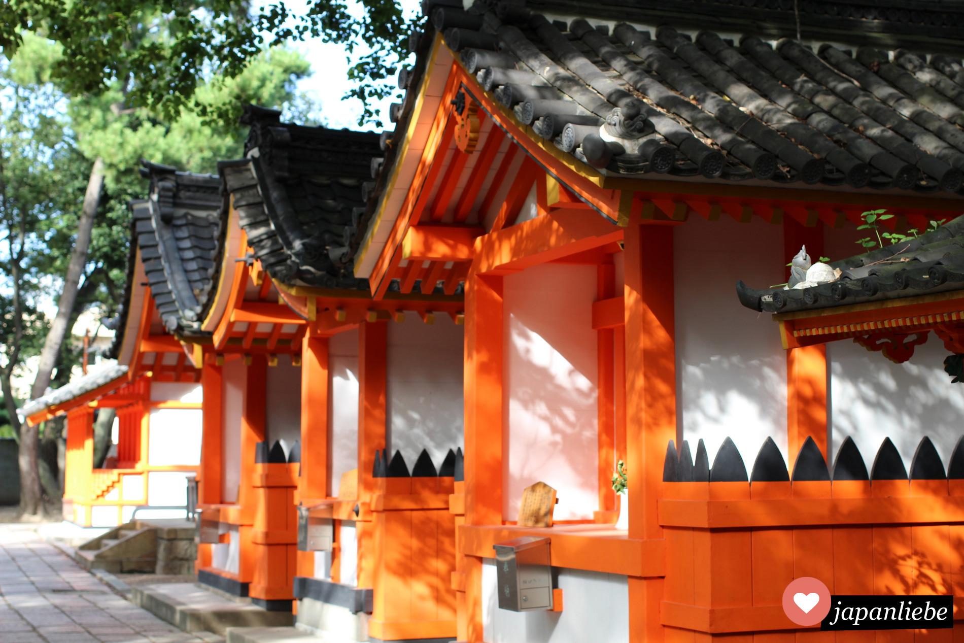 Viele kleine Nebenschreine am Sumiyoshi Taisha Schrein in Ōsaka.