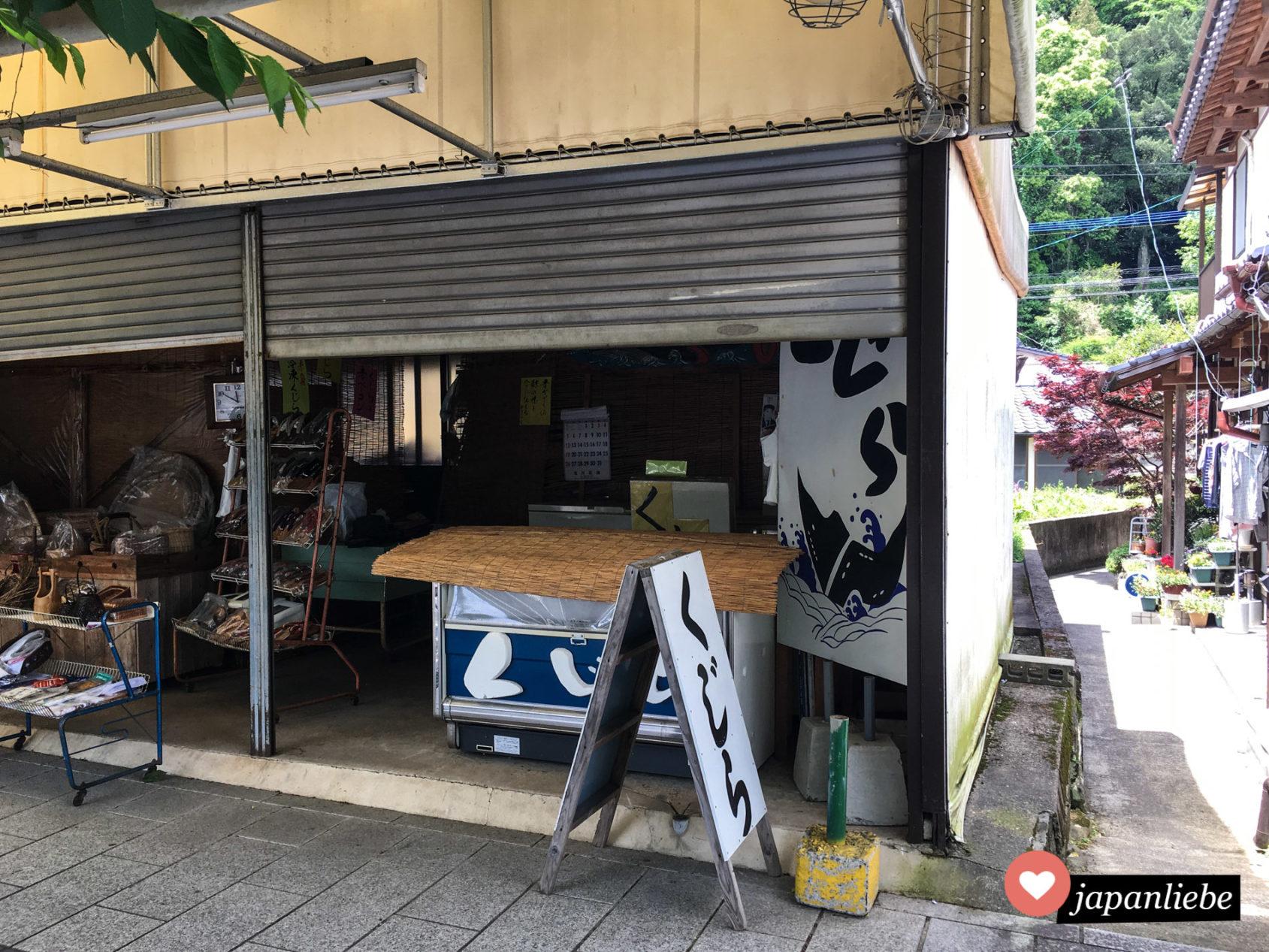 Ein Verkaufsstand für Walfleisch in Kashima, Japan.