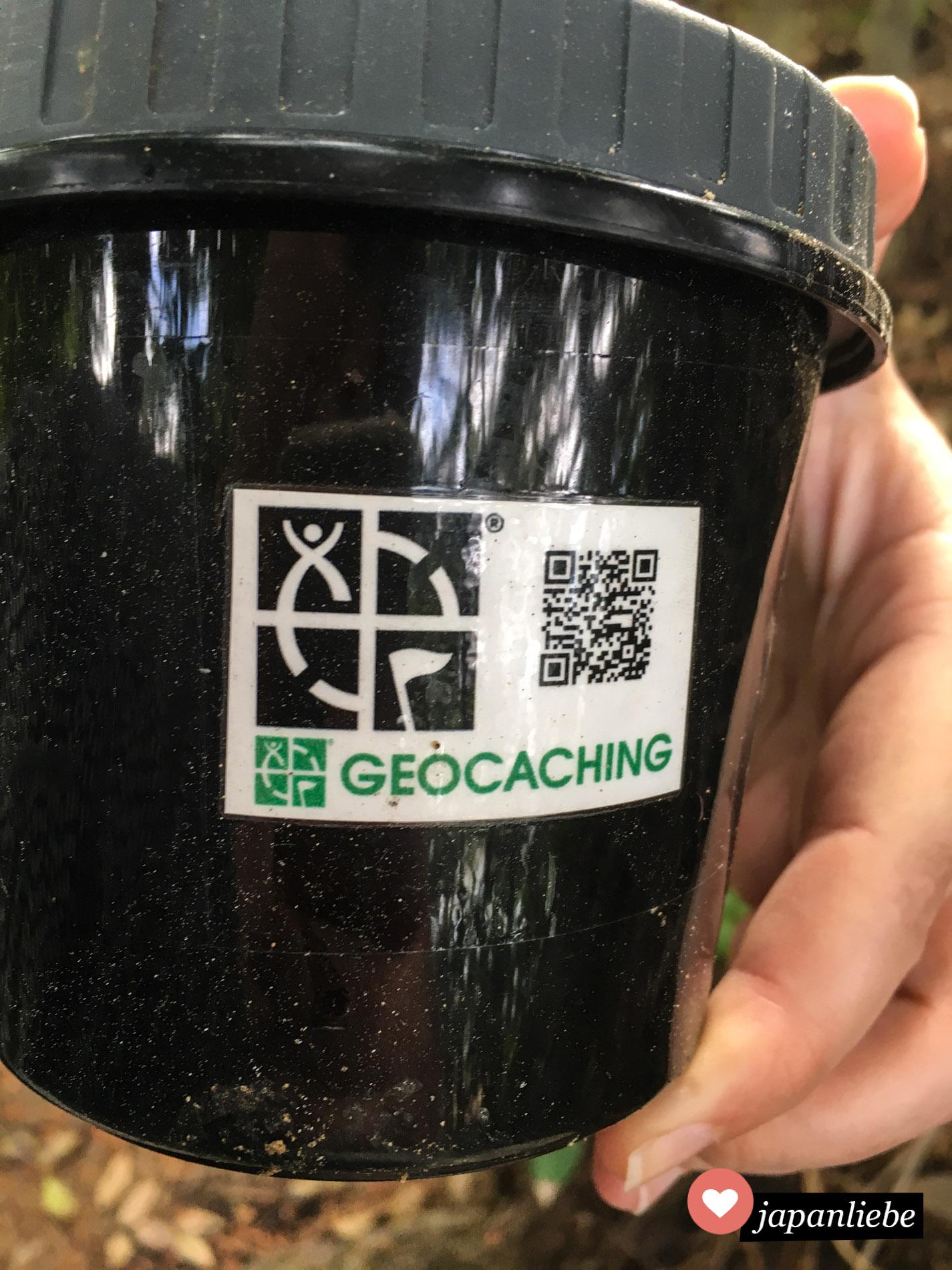 Der Geocache ist mit einem QR-Code versehen, so dass man ihn digital loggen kann.