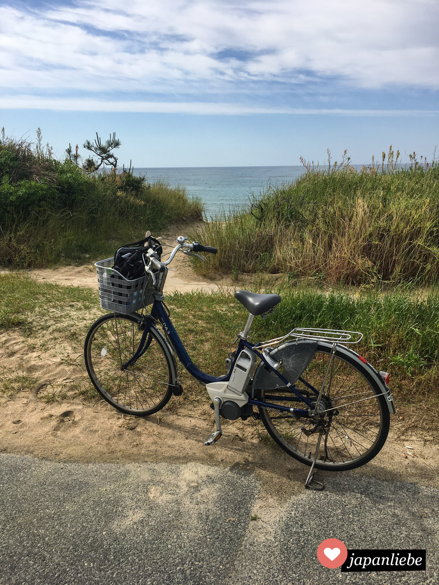 Mein geliehenes E-Bike steht am Strand von Iwami. Toller kann man Japan nicht erkunden.