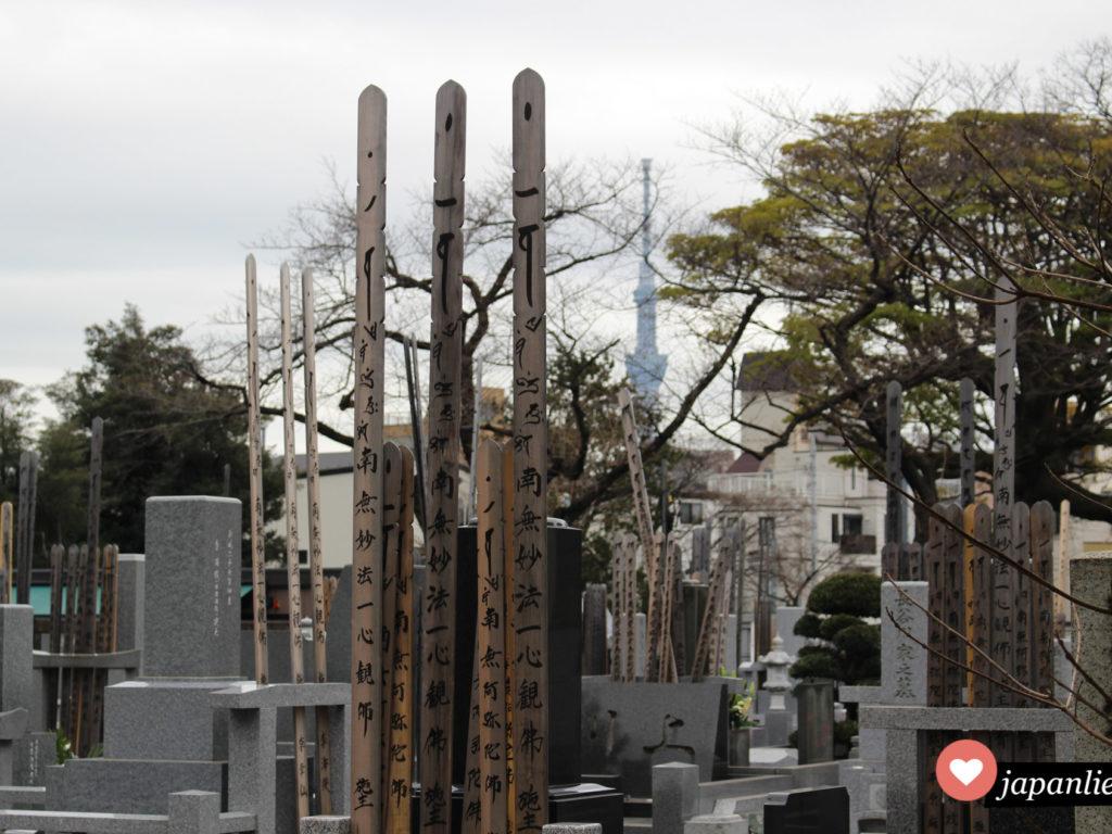 Gräber und sotōba am Yanaka Friedhof, im Hintergrund der Tokyo Sky Tree.