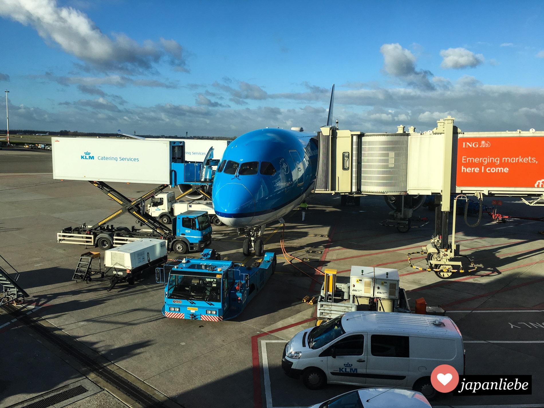 Grund zur Vorfreude: das Flugzeug von Amsterdam nach Ōsaka wird mit Essen versorgt. Bald kann es losgehen.