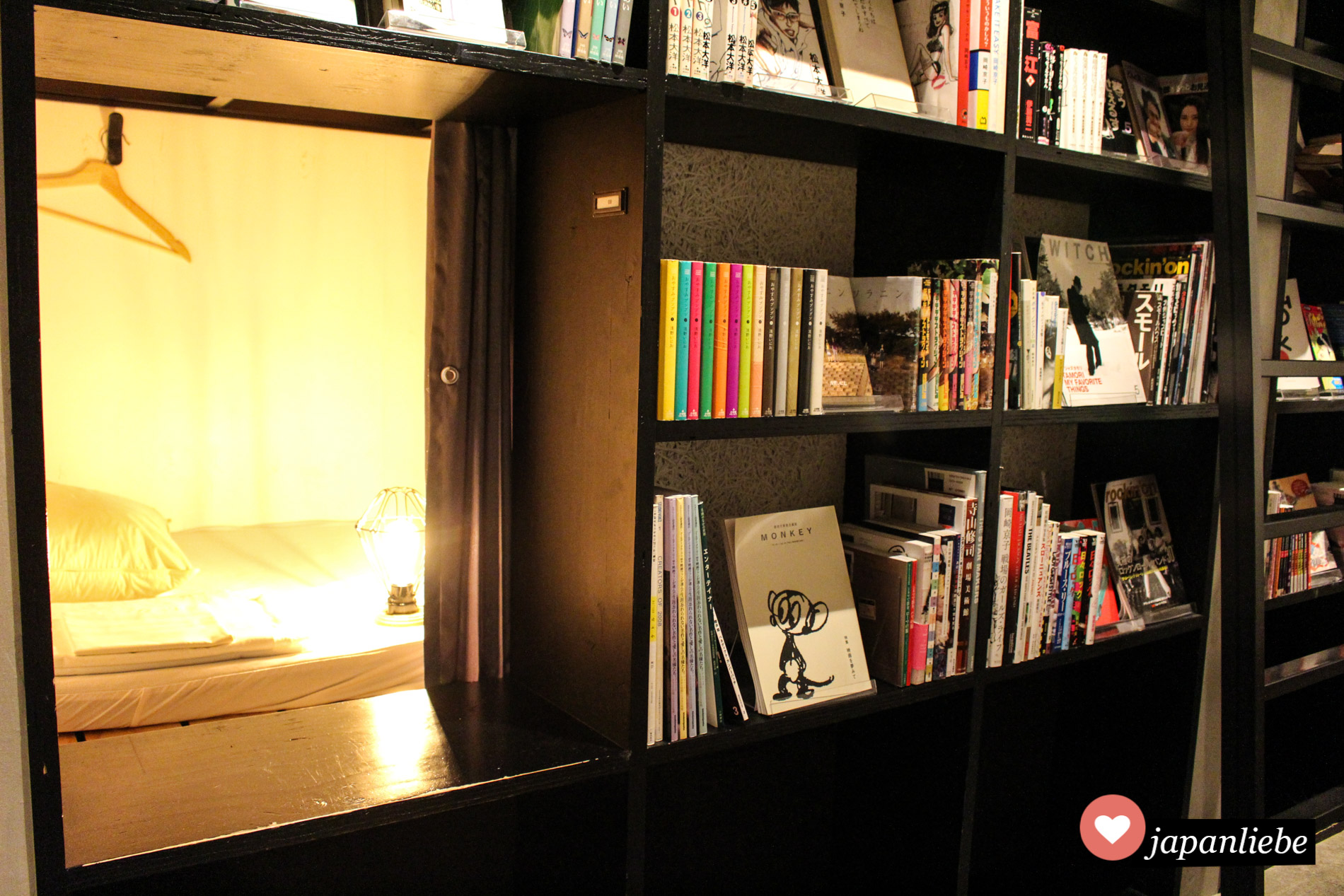 """Die Schlafkojen im """"Book & Bed Tokyo"""" befinden sich tatsächlich im Bücherregal selbst."""