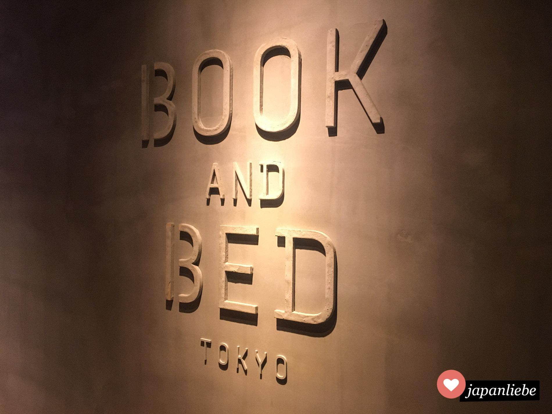 """Das Logo vom """"Book & Bed Tokyo"""" Hostel in Fukuoka."""