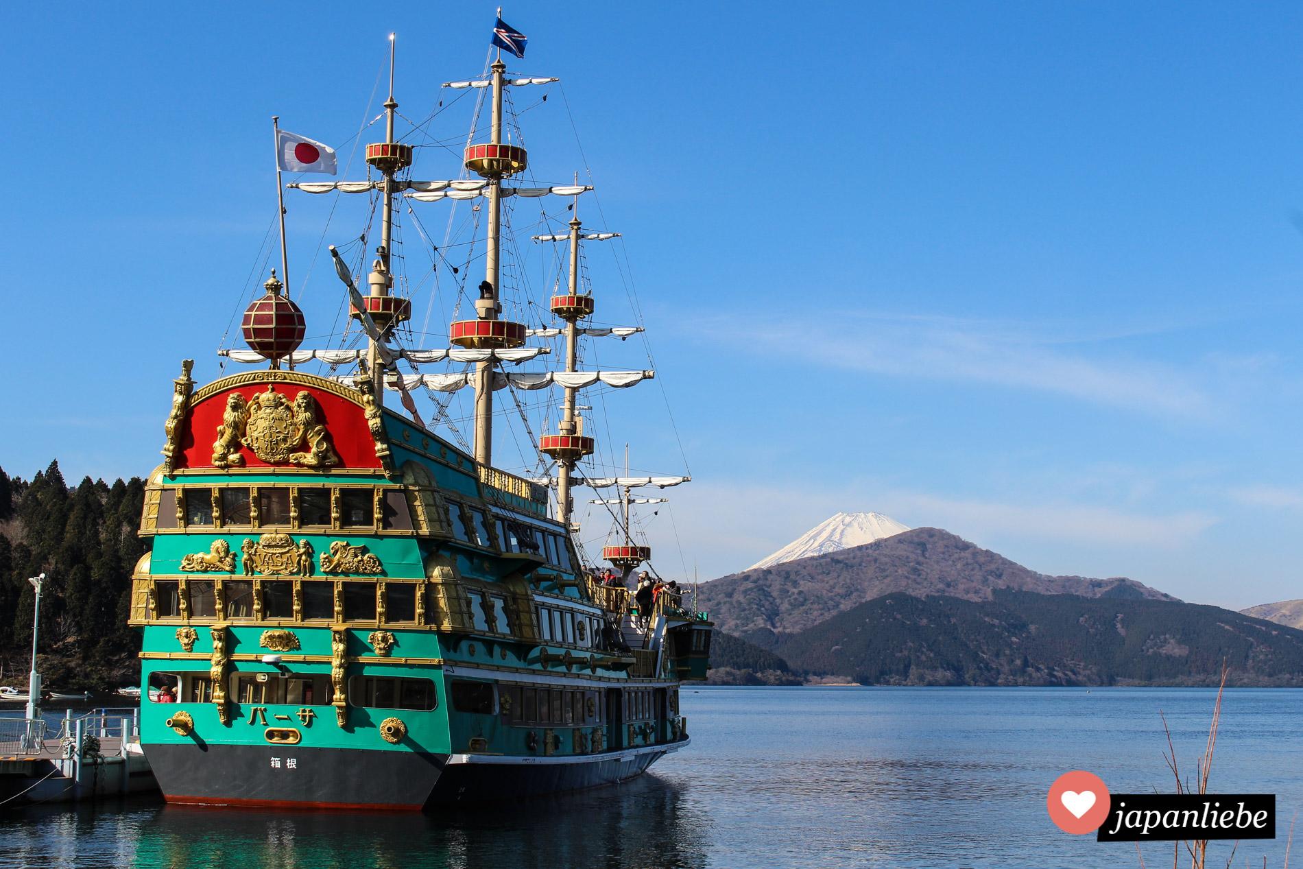 Drei Piratenschiffe überqueren täglich im Linienbetrieb den Ashi-See in Hakone.