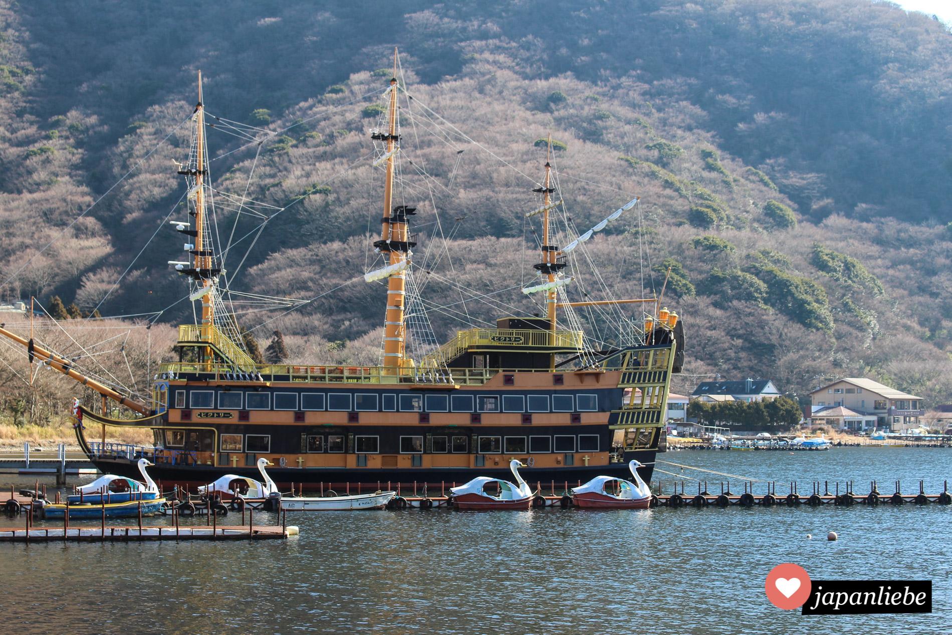 Kitschig, aber eins chönes Fotomotiv: Schwanen-Treetboote vor einem Piratenschiff auf dem Ashi-See, Hakone.