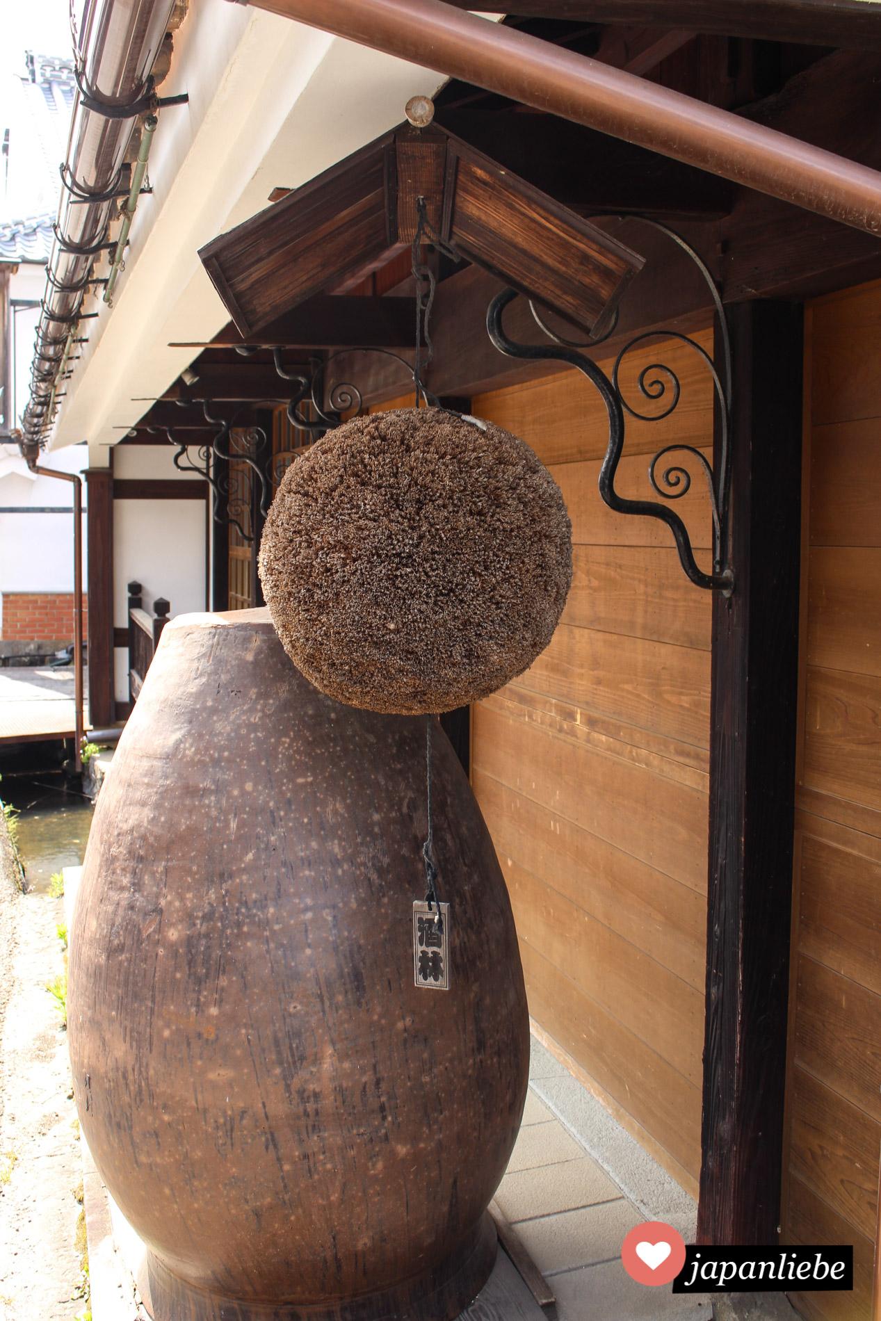 Ein Sugidama, ein Ball aus Zedernzweigen, hängt vor einer Sake-Brauerei in der Stadt Kashima.