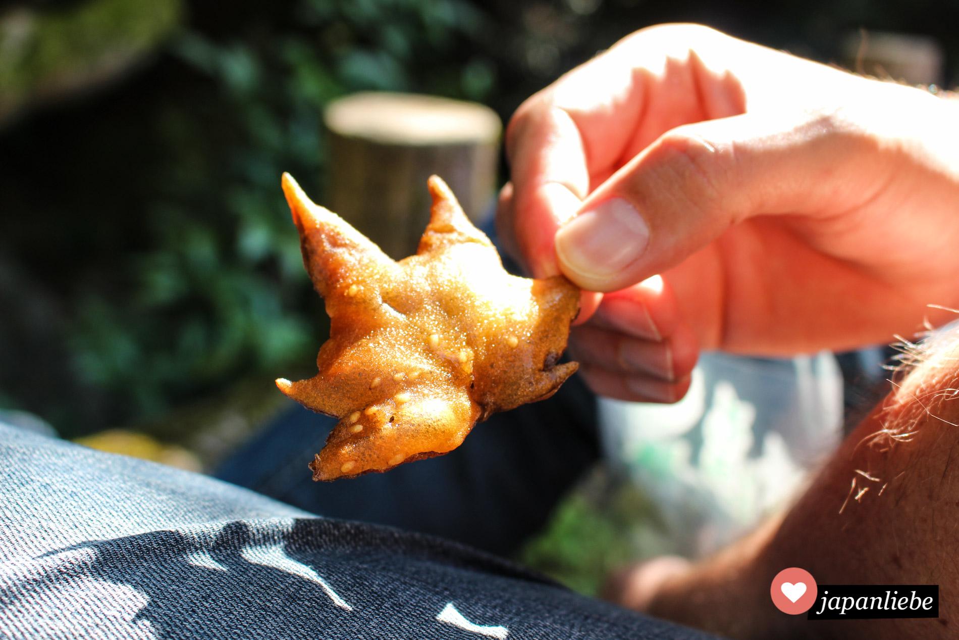 Eine Spezialität im Minō-Park: in Tempurateig frittierte Ahornblätter