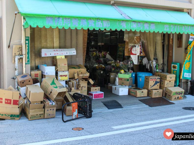 Ein Laden für Obst, Gemüse und Blumen in Fukuoka sieht eher chaotisch aus.