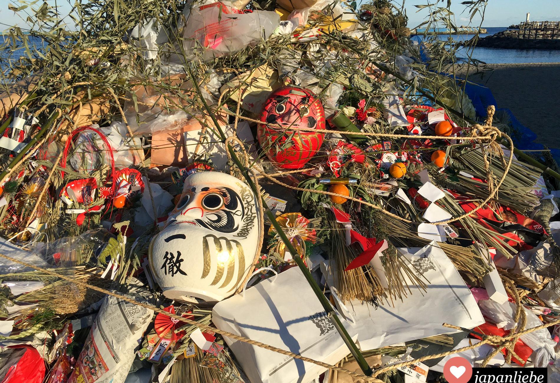 Spätestens nach einem Jahr verlieren japanische o-mamori Talismane ihre Wirkung. Die meisten werden an Neujahr an Schrein oder Tempel zurück gebracht und verbrannt.