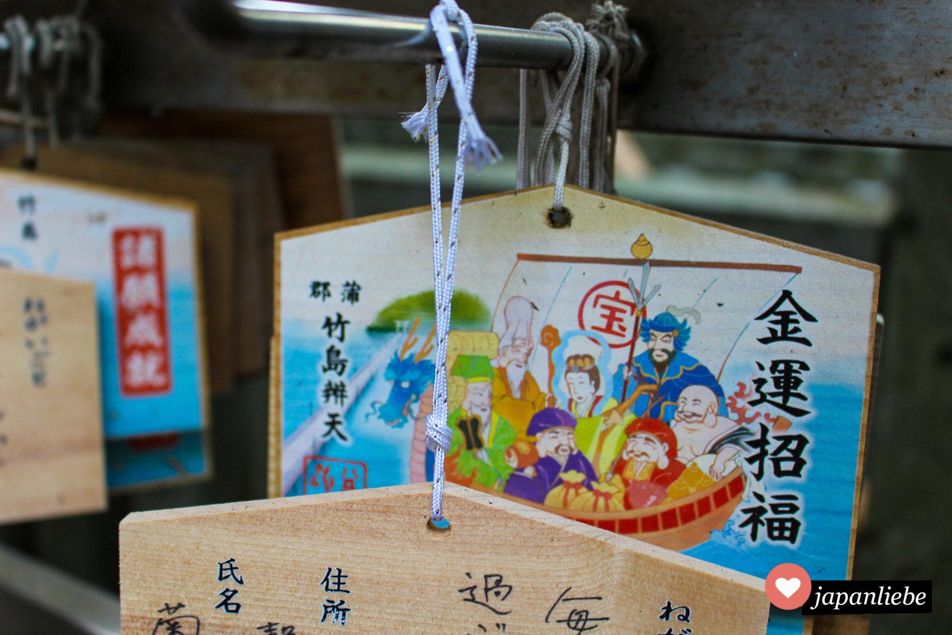 ema Motivtafeln an einem Schrein in Gamagori zeigen Japans sieben Glücksgötter in ihrem Schiff.