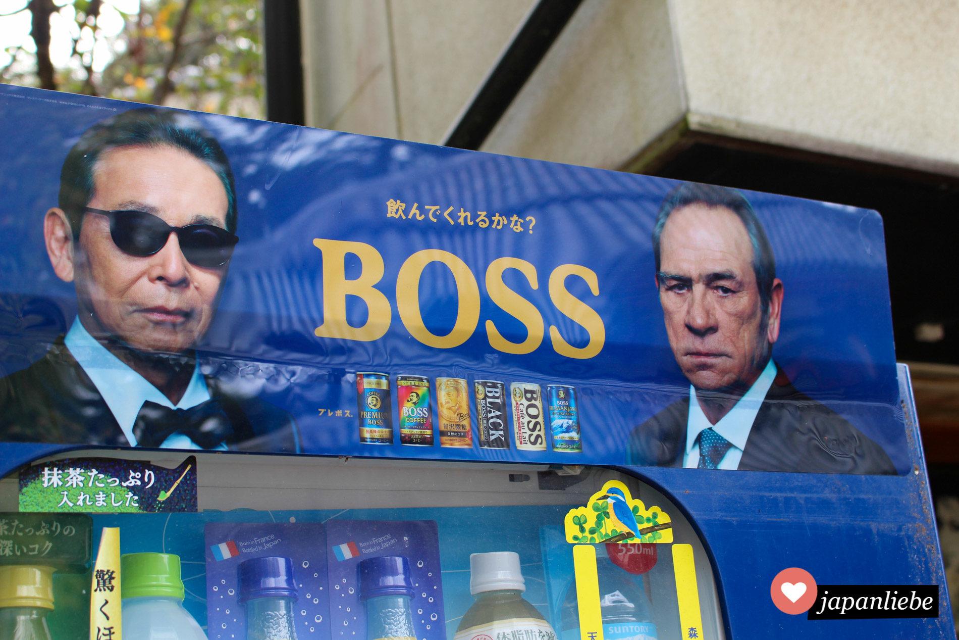 Tommy Lee Jones ist seit vielen Jahren Werbeträger der Kaffeemarke Boss von Suntory. Hier weird der Dosenkaffee an einem Getränkeautomaten beworben.