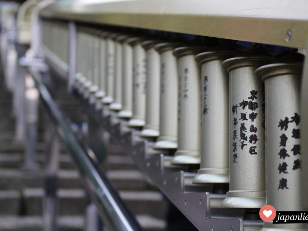 Die daihannyakyo Sutras im Schnellverfahren, einfach beim entlanggehen die Zylinder drehen.