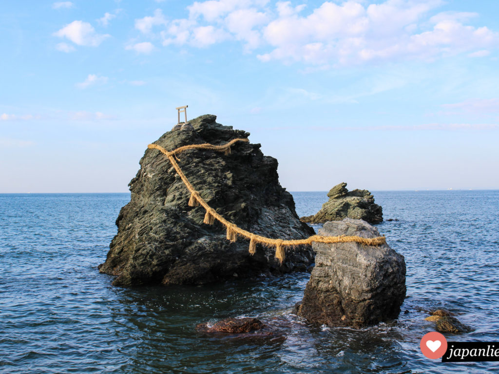 Meoto-Iwa nenen sich die heiligen, verheirateten Felsen am Futami Okitama Schrein. Ein 35 Meter langes, 1 Tonne schweres Seil verbindet die beiden.