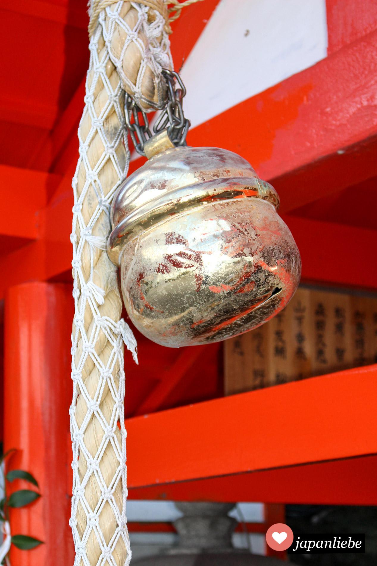 Die große Glocke am Futami Okitama Schrein wird besonders laut geläutet, damit die Bitten um eine gute Ehe von den Göttern auch sicher erhört werden.