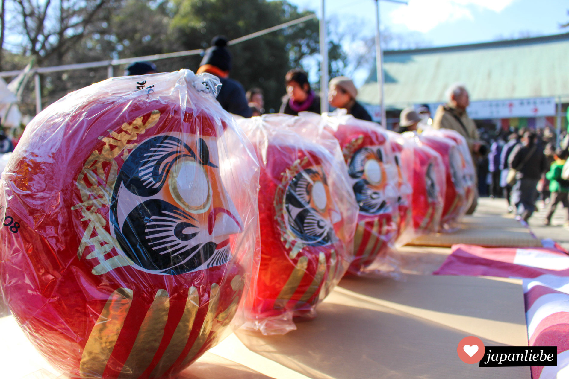 In Reih und Glied warten daruma Stehaufmännchen darauf in Kawagoe gekauft zu werden und ihrem neuen Besitzer, einen Wunsch zu erfüllen.