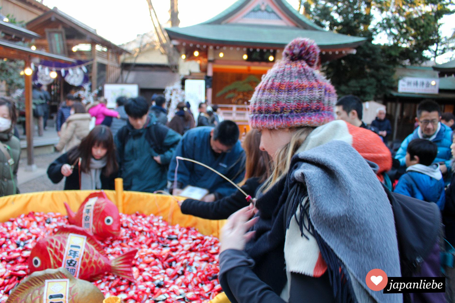 Ich angle mir am Hikawa Schrein in Kawagoe ein Orakel in Firschform für das neue Jahr.