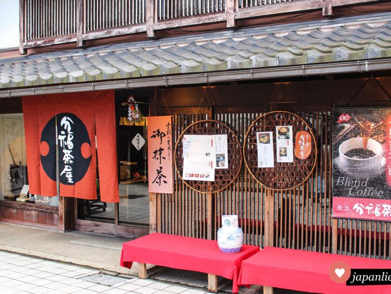 Ein Teeladen in Kawagoe mit rotem noren-Vorhang vor der Tür.
