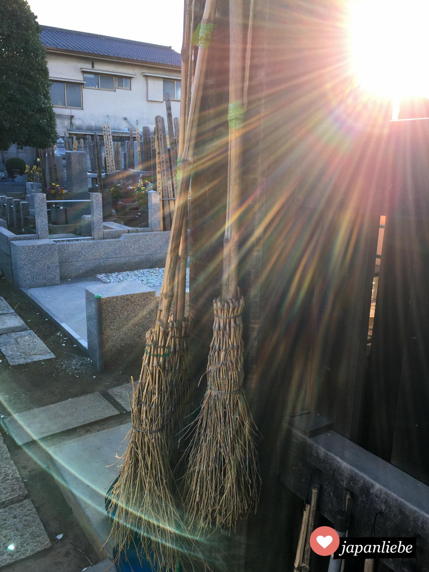 In Japan werden an vielen Stellen noch Reisigbesen verwendet.