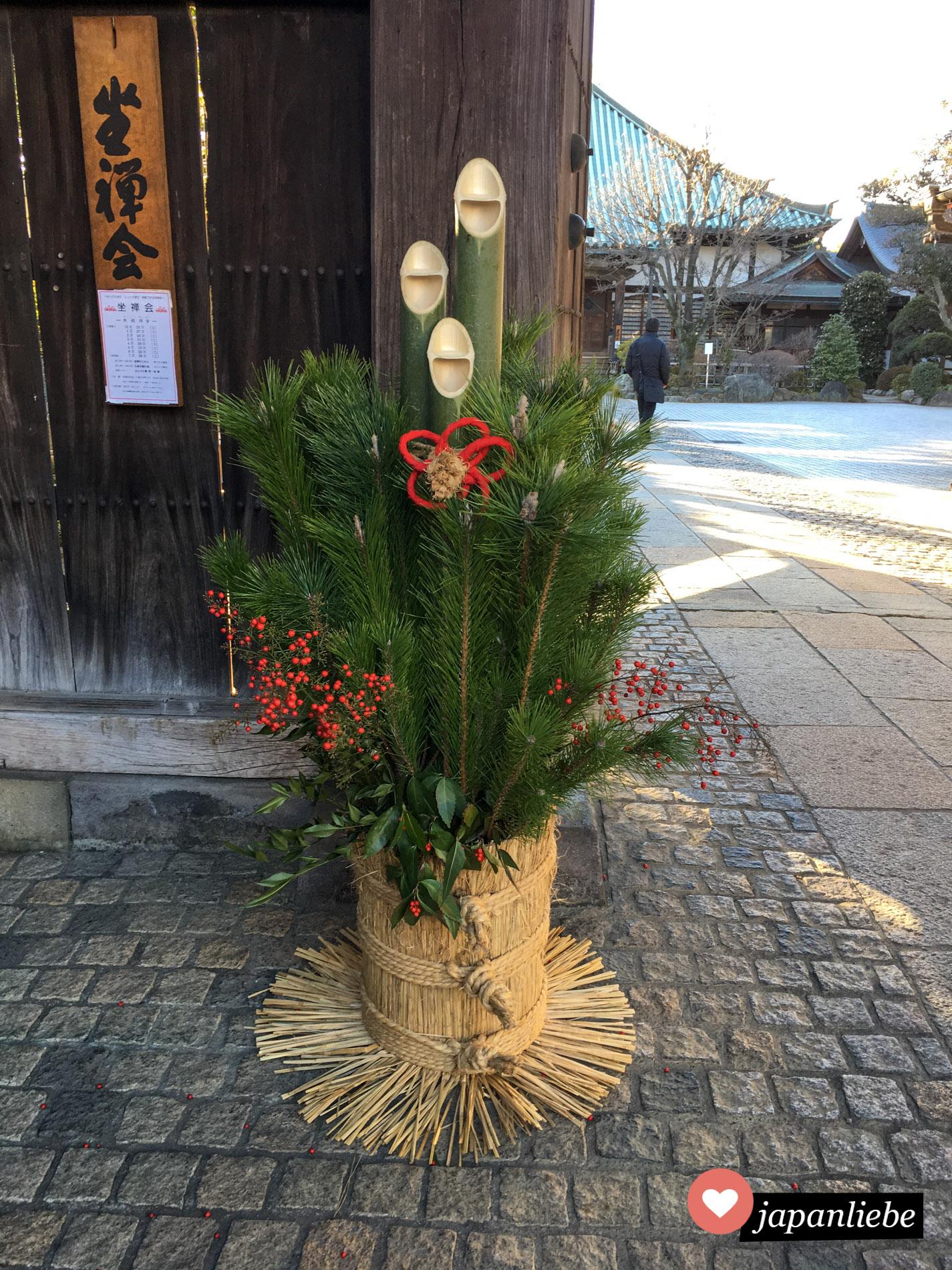 Ein kadomatsu-Bambus-Gesteck ist eine traditionelle Neujahrsdekoration.