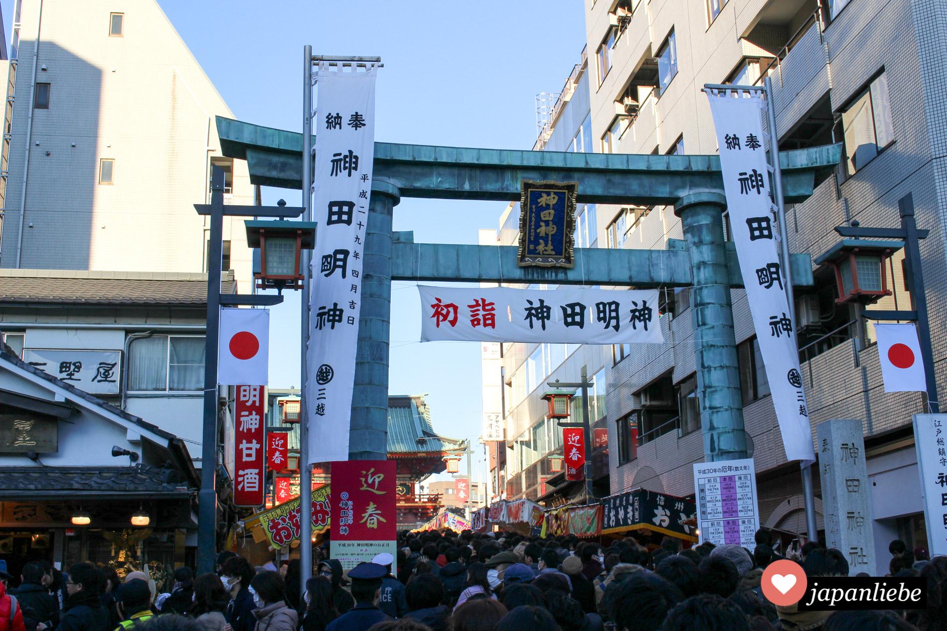Rund um Neujahr heißt es in Japan anstehen. So auch am Kandy Myōjin Schrein im Tōkyō.