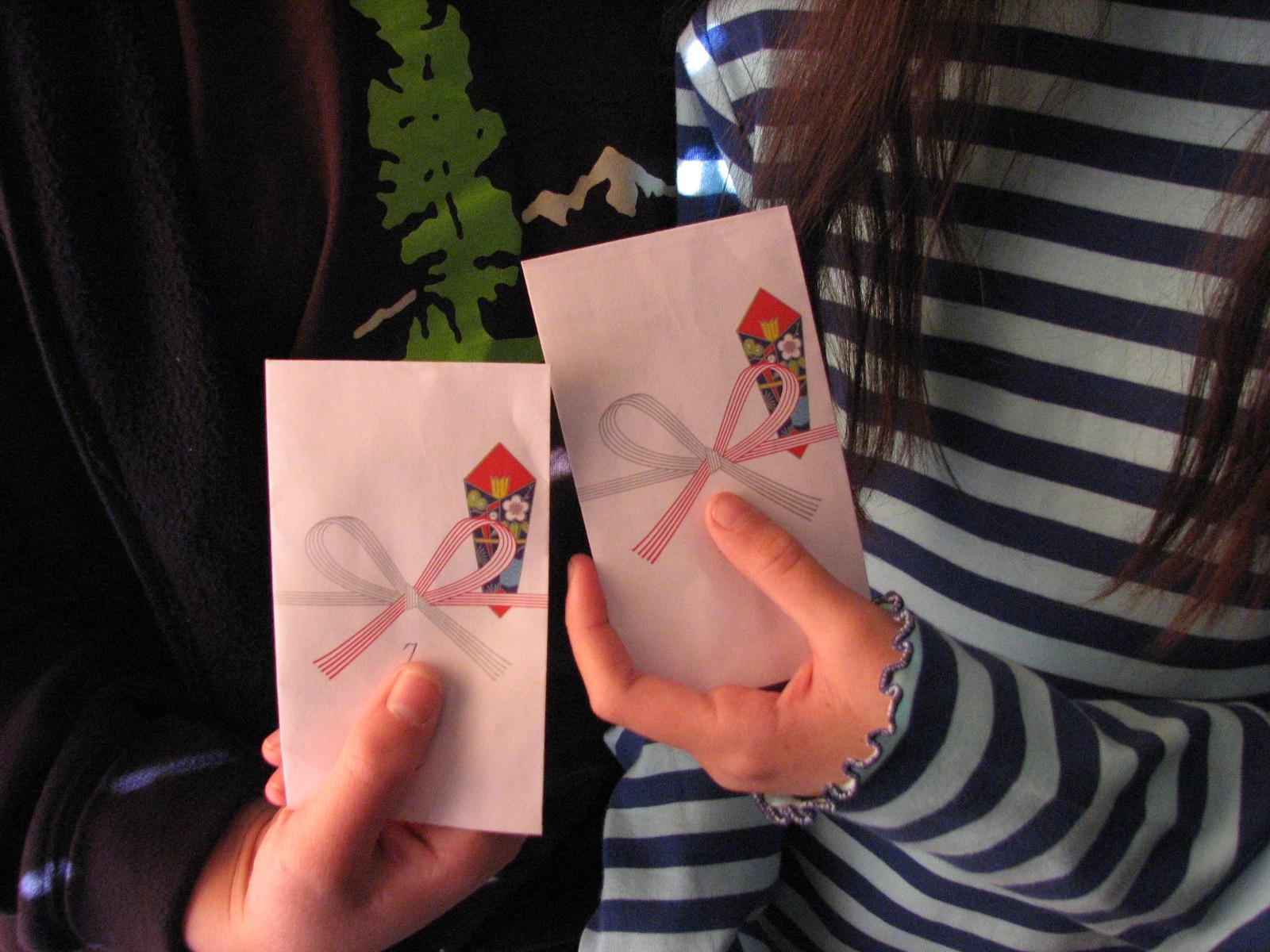 Kinder bekommen in Japan zum Jahreswechsel bunte Umschläge mit Geldgeschenken darin.