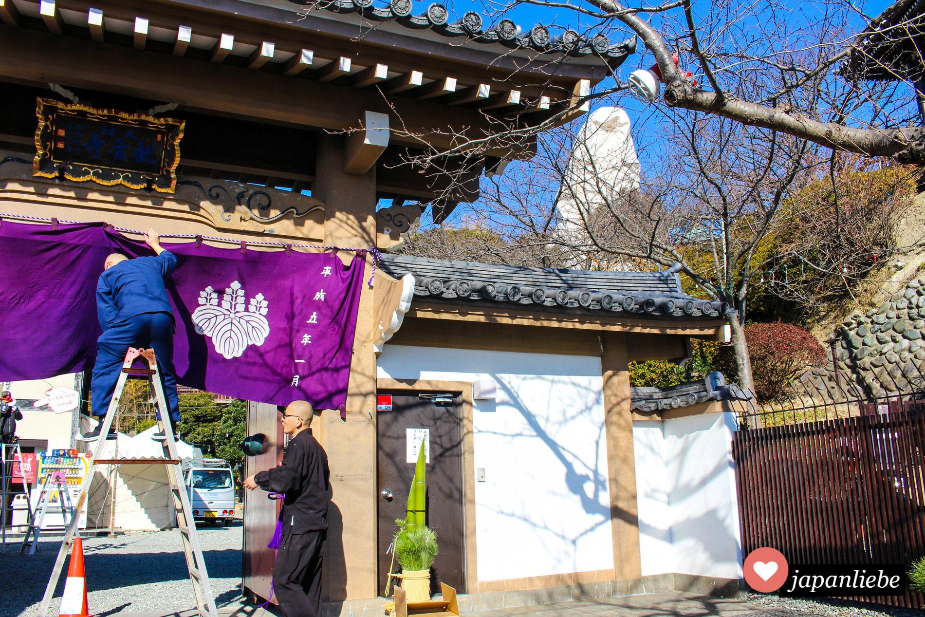 An einem Tempel in Ofuna wird für Neujahr geschmückt.