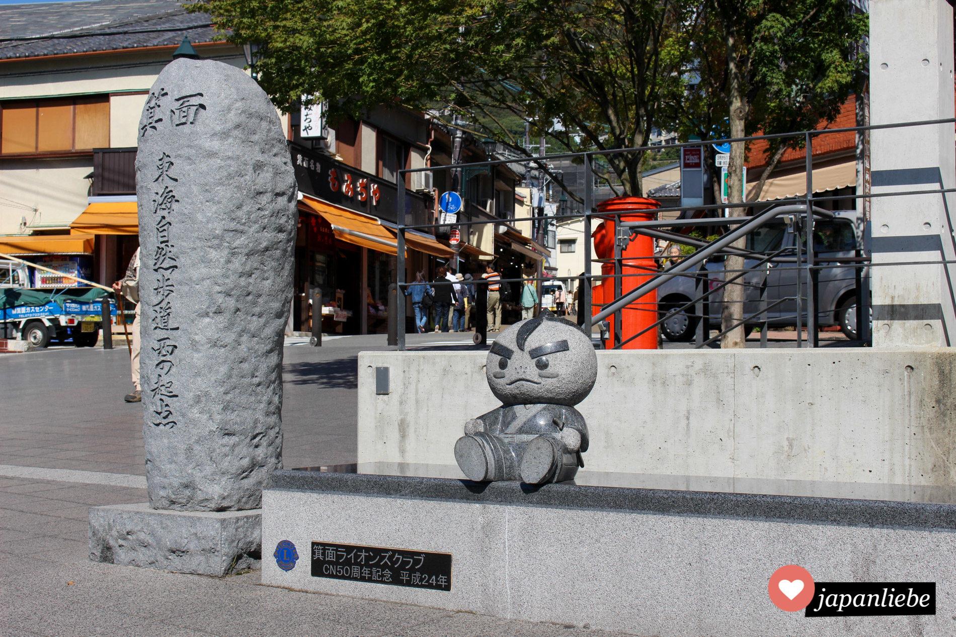 Takinomichi Yuzuru ist das Stadtmaskottchen von Minoo. Er ist ein sanftmütiger Samurai mit einer japanischen Zitrone als Kopf.
