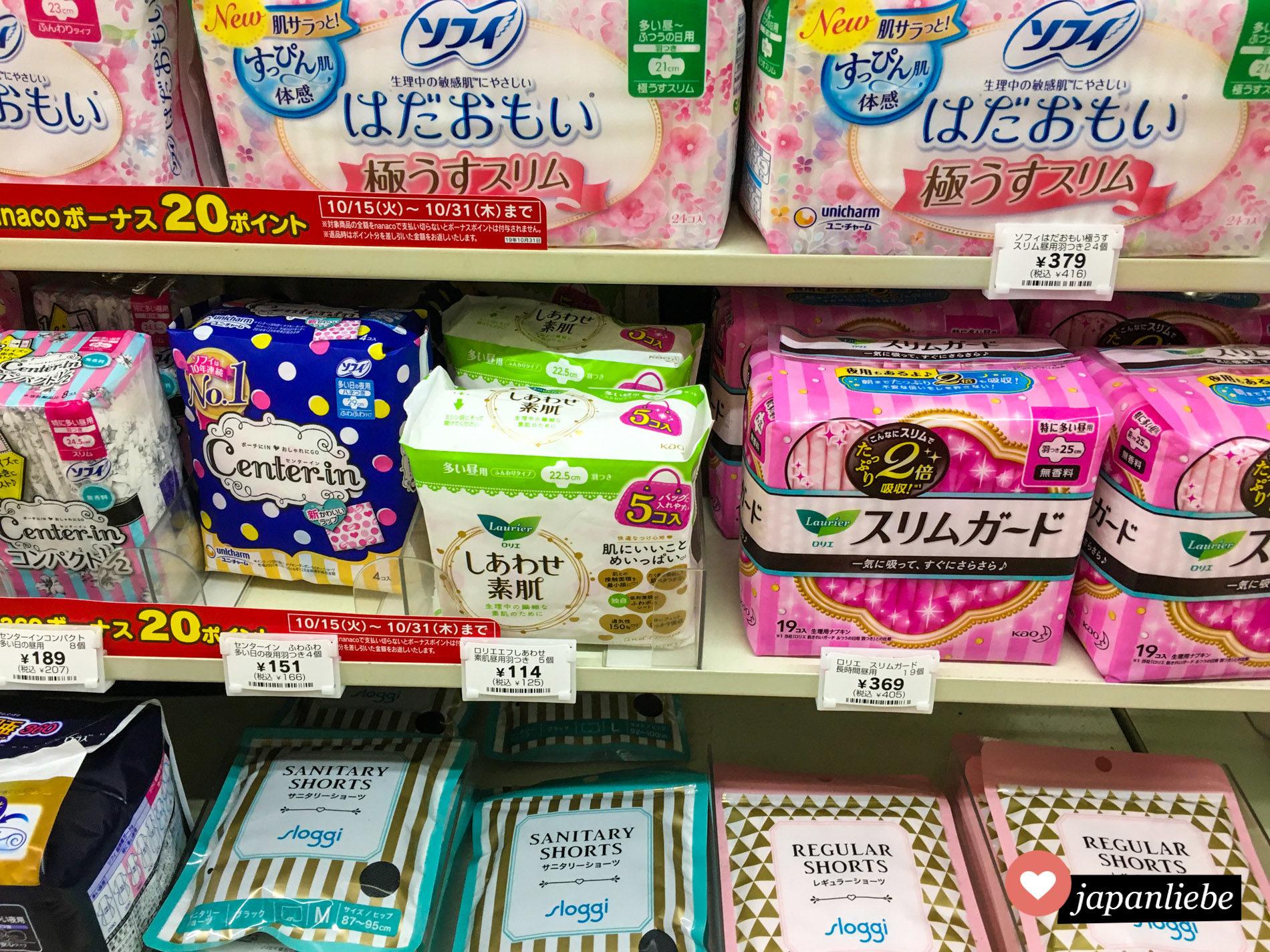 Binden und sogar Perioden-Höschen gibt es in japanischen Supermärkten in einer riesigen Auswahl, bei Tampons sieht es hingegen mager aus.