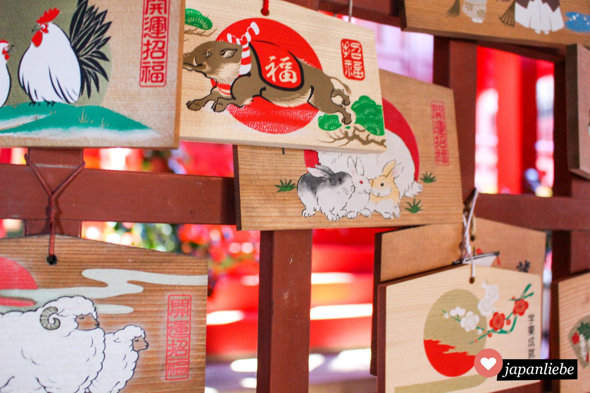 ema-Wunschtafeln an einem shintō_Schrein aus unterschiedlichen Jahren zeigen jeweils andere Tierkreiszeichen.