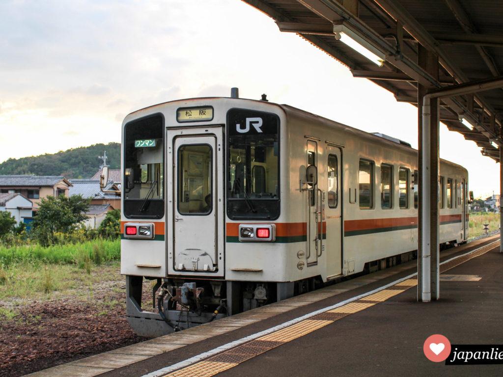 Ein sogenannter wanman, also Ein-Mann-Zug, am kleinen, ländlichen Bahnhof Futamino-Ura.